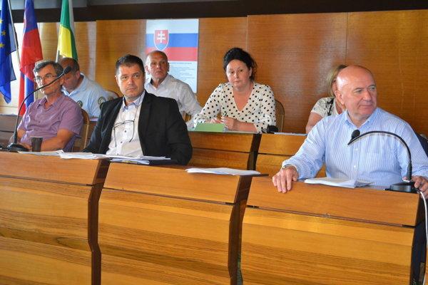 Boris Pargáč (druhý zľava) si platovo neprilepší.