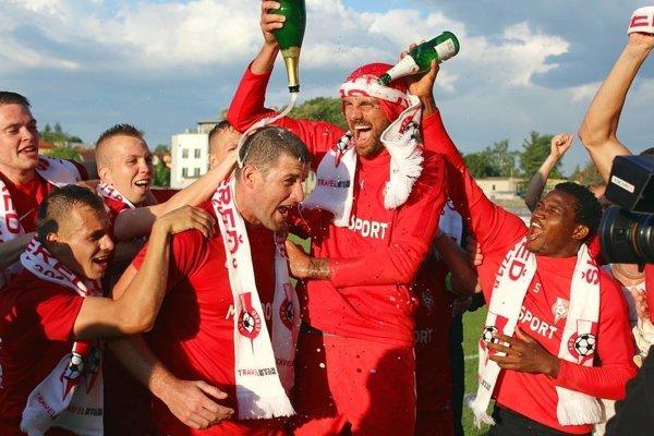 Futbalisti Serede neprehrali na jar ani raz a kolo pred koncom oslavujú prvenstvo v súťaži.