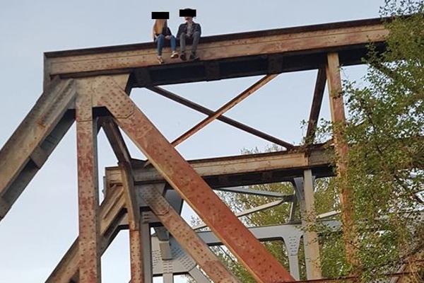 Mladí ľudia lezením na konštrukciu starého železničného mosta v Trenčíne riskujú.