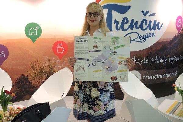 Výkonná riaditeľka KOCR Trenčín región Eva Frývaldská s novým, ručne ilustrovaným cestovateľským zápisníkom. Ten je zameraný na spoznávanie Trenčianskeho kraja.