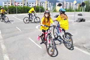 Na detskom dopravnom ihrisku sa deti hrajú azároveň učia.