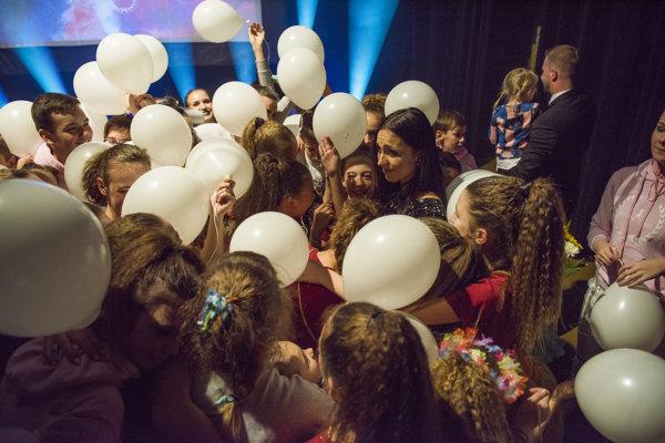 Počas osláv piateho výročia skupiny Dáša neskrývala emócie.