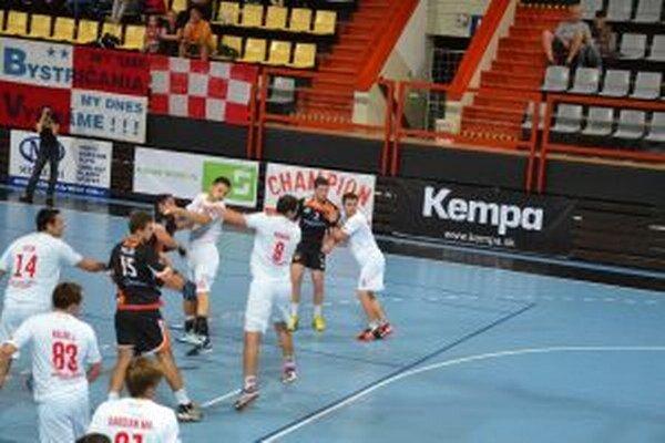 Pov. Bystrica (v bielom) už v tejto sezóne Košice zdolalal doma o sedem gólov.