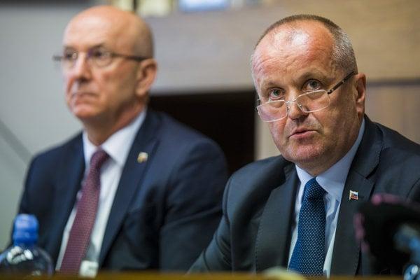 Na snímke sprava minister obrany SR Peter Gajdoš a generálny tajomník služobného úradu Ministerstva obrany SR Ján Hoľko počas rokovania Výboru NR SR pre obranu a bezpečnosť.