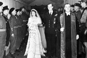 Kráľovná Alžbeta a princ Philip v deň ich svadby v roku 1947. Alžbeta mala oblečené saténové šaty, ktoré navrhol Norman Hartnell a na hlave diamantovú korunu, ktorá držala závoj. Ten bol vyrobený v čipkárskej dielni v Hodruši-Hámroch.