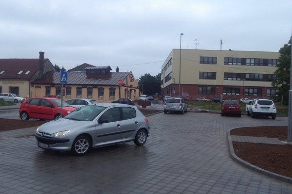 V utorok tu parkovali prvé autá.