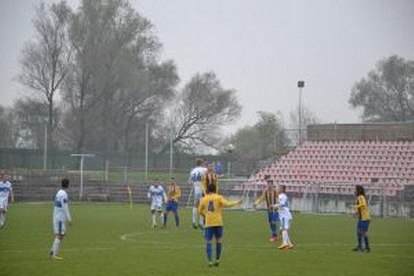 Púchovčania (v bielom) zdolali v poslednom domácom zápase jesene DAC B 2:0.