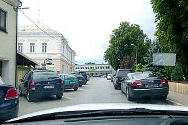 Na námestí je počas obeda problém zaparkovať.