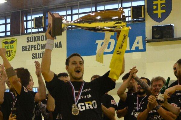 Erik Žilinčík zdvíha vicemajstrovský pohár.