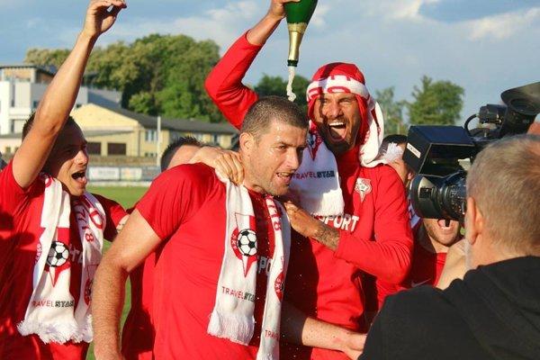 Ľubomír Michalík oslavuje postup so svojimi spoluhráčmi.