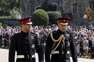 Princa Harryho (vľavo) sprevádza jeho brat William.