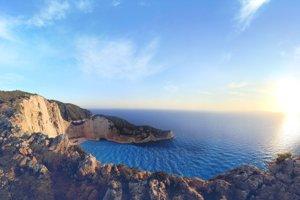 Východ slnka nad plážou Navagio na ostrove Zakynthos