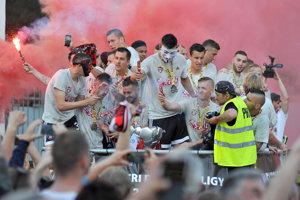 Futbalisti Spartaka Trnava si užívali jazdu v otvorenom autobuse.
