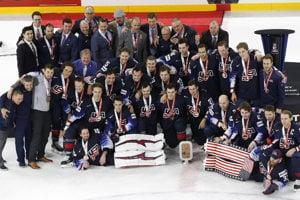 Americkí hokejisti sa radujú z tretieho miesta.