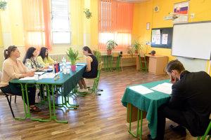 Povestný stôl so zeleným obrusom čaká aj na maturantov v Prešovskom kraji.