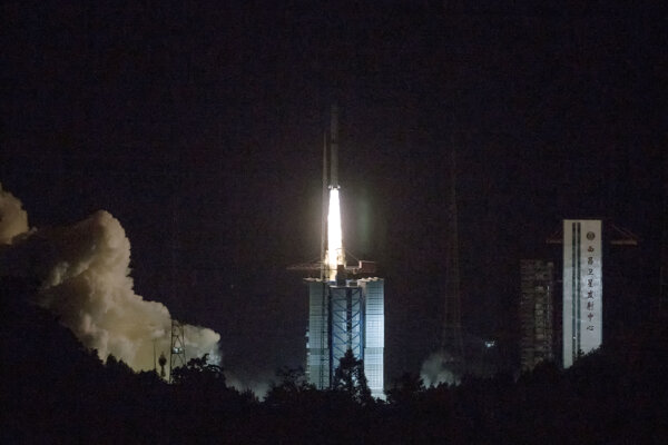 Štart družice z kozmodrómu Si-čchang na juhozápade Číny.