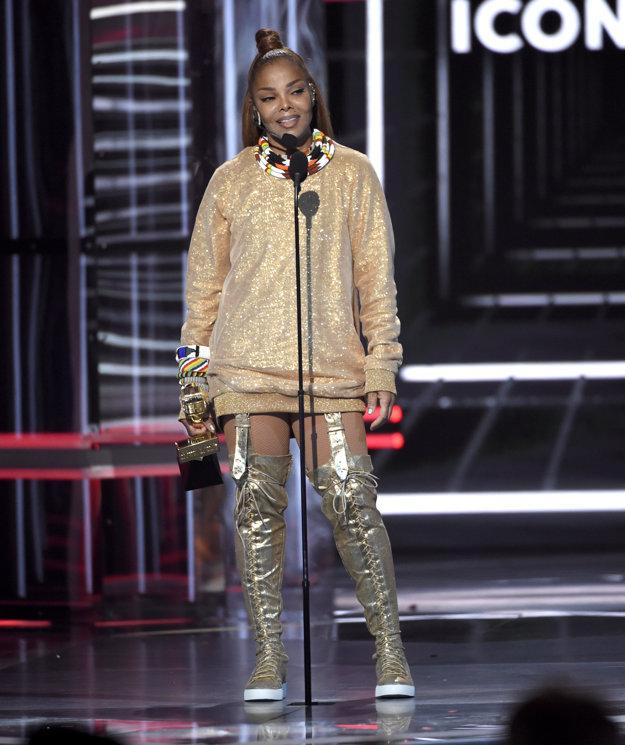 Janet Jackson preberá ocenenie Icon Award.