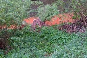 Okoloidúci si všimli zvláštnu látku v rieke Kysuca.