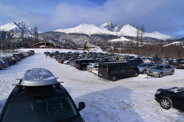 Na snímke plne obsadené jedno z parkovísk v lyžiarskom stredisku v Tatranskej Lomnici vo Vysokých Tatrách počas zimnej sezóny.