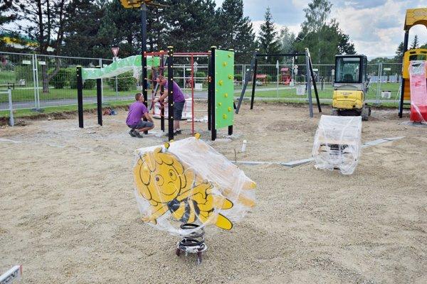 Výstavba detského ihriska je v plnom prúde.