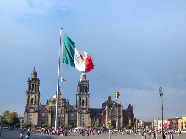 Obrovskú mexickú zástavu uprostred námestia slávnostne vztyčujú každý deň.
