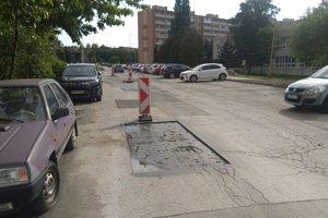Mesto tvrdí, že firmy upozorní, aby nenechávali pred víkendom rozbité cesty.
