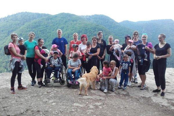 S pomocou záchranárov absolvovali aj výstup na Tomášovský výhľad.