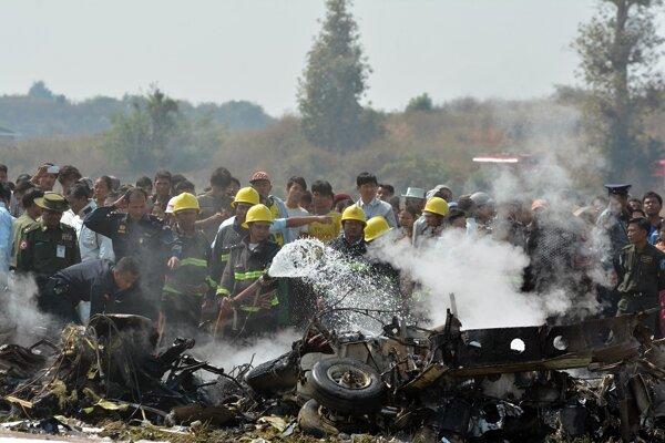 Požiarnici hasia horiace lietadlo.