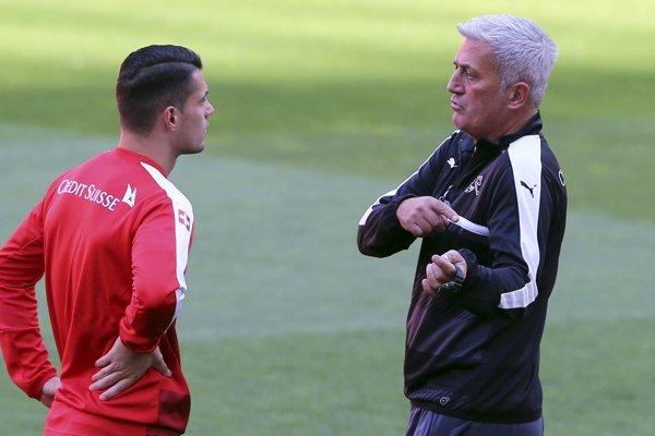 Tréner švajčiarskej futbalovej reprezentácie Vladimir Petkovič a Granit Xhaka.