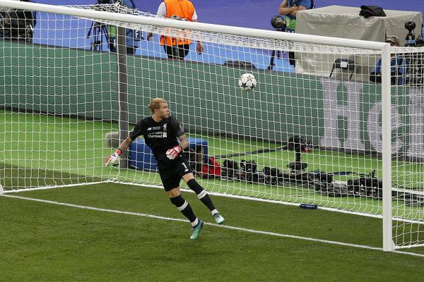 Loris Karius dostáva tretí gól po strele Garetha Balea.