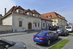 Na snímke vľavo budova s označením – Apoštolská cirkev Bardejov na Stöcklova ulica v Bardejove.