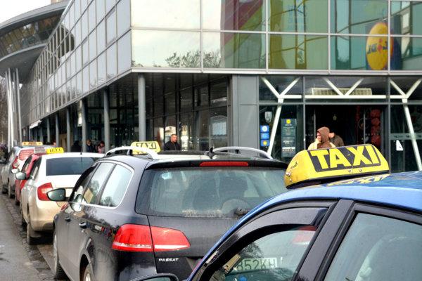 Košickí taxikári zatiaľ nevedia, ako budú reagovať na rozhodnutie súdu, ktoré aj naďalej umožňuje podnikanie Taxify.