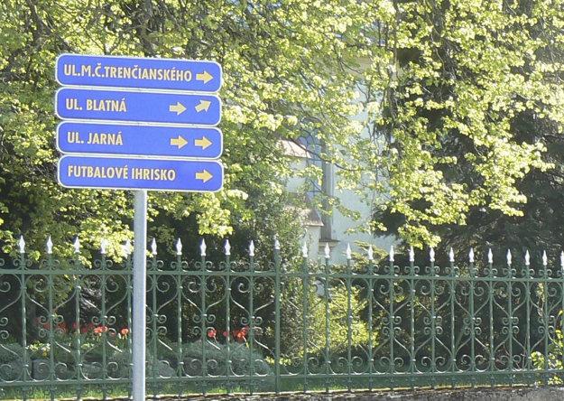 Ulica Matúša Čáka Trenčianskeho v Rozhanovciach je pomenovaná po stredovekom uhorskom veľmožovi.