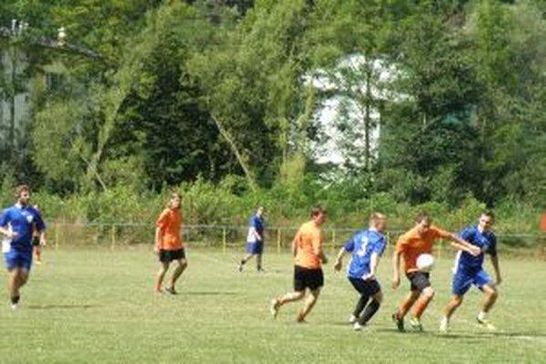 Papradno (v modorm) po výhre nad Brvnišťom (v oranžovom) postúpilo do finále.