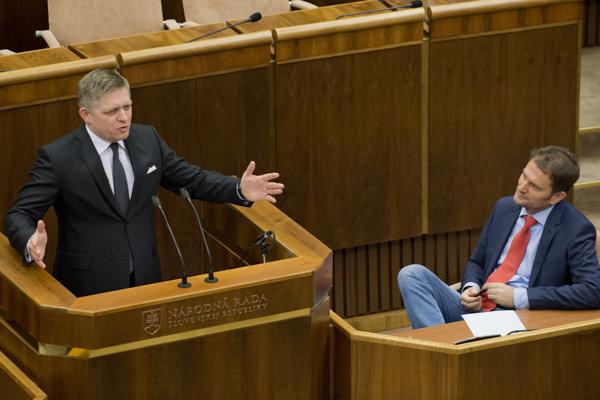 Spojenci. Šéf Smeru Robert Fico opakovane povedal o lídrovi OĽaNO, že je poloblázon. Matovič zase o Ficovi, že je skorumpovaný zlodej a skončí v base.
