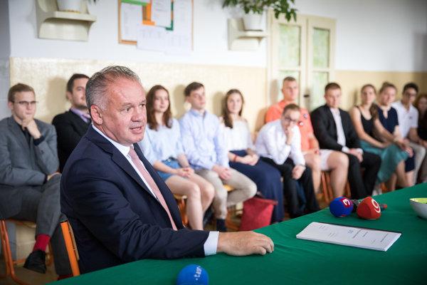 Prezident SR Andrej Kiska počas odpovede na vytiahnutú maturitnú otázku zo slovenského jazyka na bratislavskom Gymnáziu Hubeného.