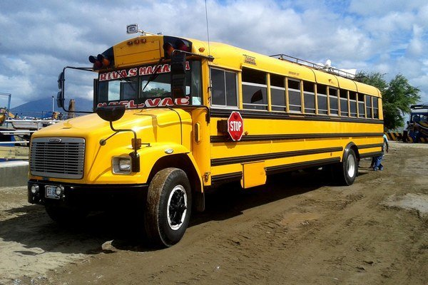 Nikaraguu charakterizujú aj takéto autobusy.