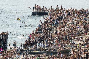 Ľudia na pláži Sorenga v Osle.