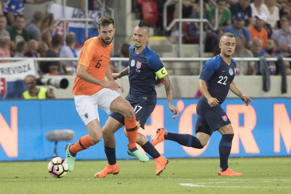 26d98dec4d5d5 Pozrite si momentky zo zápasu Slovensko - Holandsko. 5/35. Zväčšiť Všetky  fotky. Holanďan Davy Pröpper v súboji proti Marekovi Hamšíkovi.