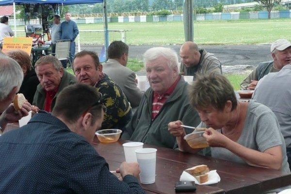 Každý otecko a deduško, ktorý prišiel, dostal guláš a pivo zadarmo.