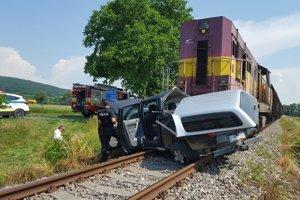 Pri zrážke sa zranil vodič osobného auta.