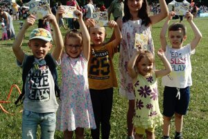 Lukáško s kamarátmi sa potešili z CD s detskými piesňami, ktoré im venovala naša redakcia.