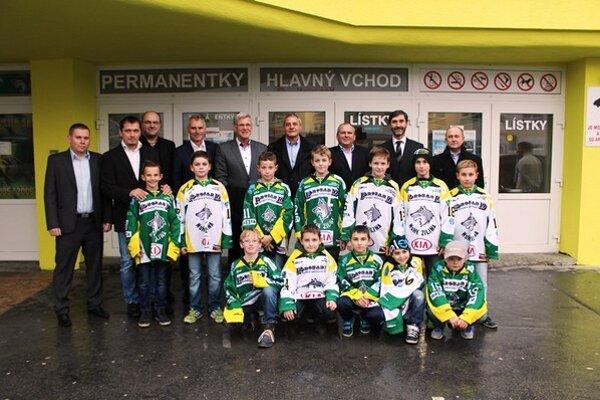 Mladí hokejisti pred vstupom.