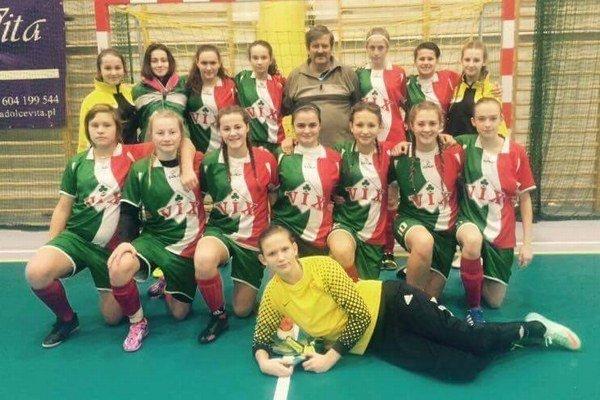Mladé žilinské futbalistky s trénerom Ladislavom Némethom.
