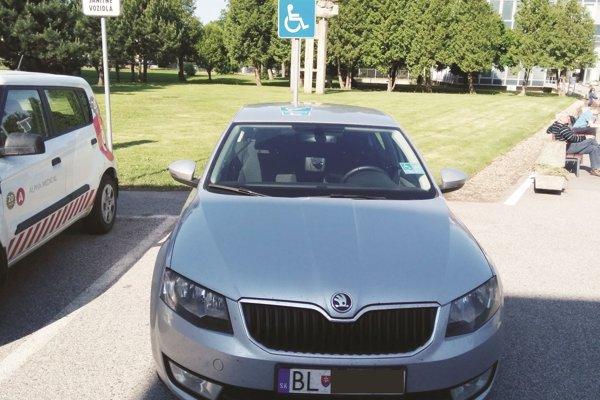 Služobné auto Petra Jakaba na mieste pre invalidov.