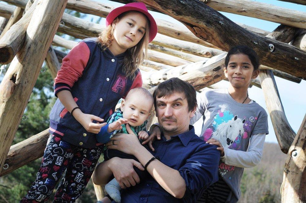 Juraj Hipš so svojimi deťmi.