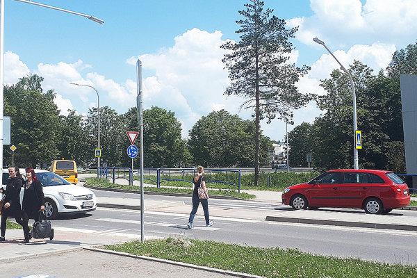 Za popoludňajšími kolónami vcentre metropoly Bielej Oravy sú aj chodci prechádzajúci cez priechody pri hlavnom kruháku.