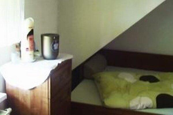 Majo sa vrátil do svojej izby. Urnu má pri posteli, na ktorej spával.