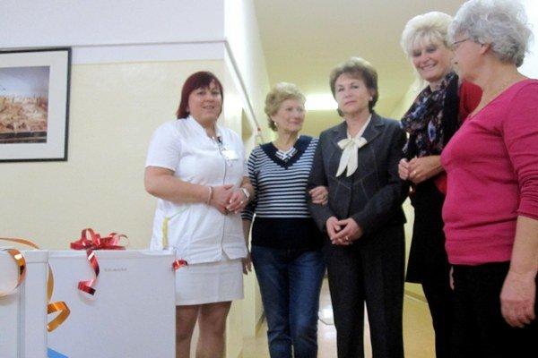 Odovzdávanie chladničiek. Gabriela Tvrdá (vľavo) prevzala dar od OZ Žilinské Venuše.