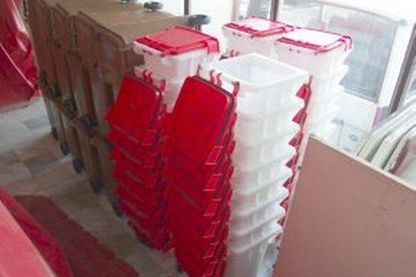 Nádoby na odpad. Stovky nádob na zber biologicky rozložiteľmého odpadu zaberajú priestory Technických služieb Mesta Bytča.